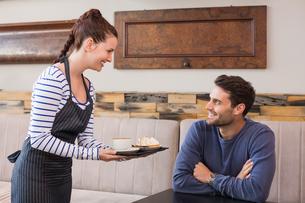 Waitress bringing man coffee and tartの素材 [FYI00005142]