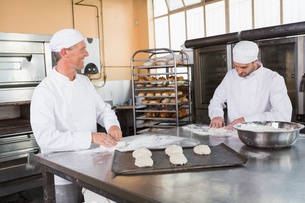 Team of bakers preparing doughの写真素材 [FYI00005147]