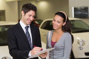Smiling businessman undersign a car contractの写真素材 [FYI00005150]