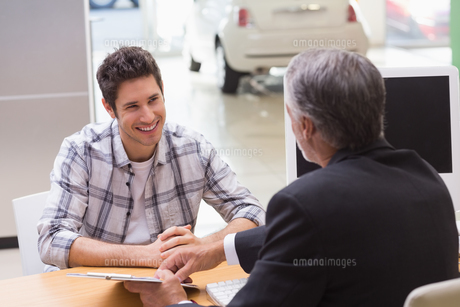 Salesman showing client where to sign the dealの素材 [FYI00005152]