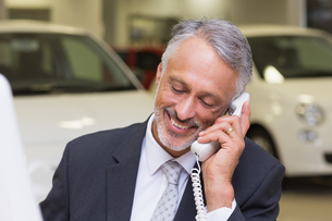 Smiling businessman making a phone callの写真素材 [FYI00005157]