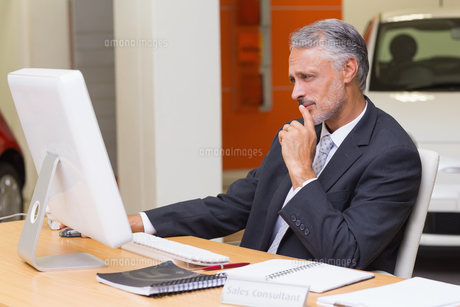 Focused businessman using his laptopの写真素材 [FYI00005158]