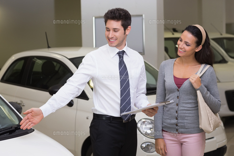 Businessman showing a car to a womanの素材 [FYI00005160]