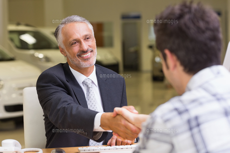 Smiling salesman shaking a customer handの写真素材 [FYI00005161]