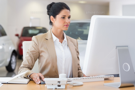 Focused businesswoman working on computerの写真素材 [FYI00005178]