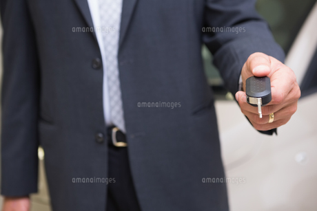 Close up of salesman givng a customer car keysの写真素材 [FYI00005209]