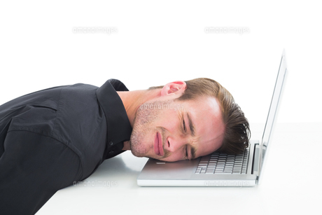 Tired businessman resting on laptopの素材 [FYI00005216]