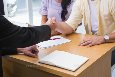 Close up of salesman shaking a customer handの素材 [FYI00005223]