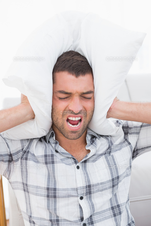 Screaming man with a pillowの写真素材 [FYI00005245]