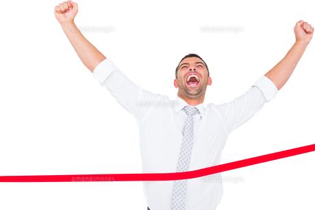 Businessman crossing the finish lineの素材 [FYI00005248]