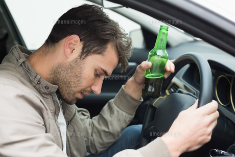 Man drinking beer while drivingの写真素材 [FYI00005263]