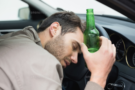 Man drinking beer while drivingの写真素材 [FYI00005270]