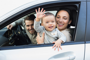Parents and baby on a driveの写真素材 [FYI00005290]