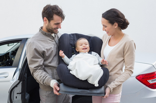 Parents carrying baby in his car seatの写真素材 [FYI00005293]