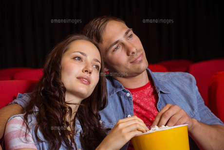 Young couple watching a filmの写真素材 [FYI00005311]