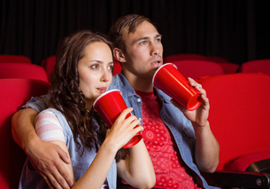 Young couple watching a filmの写真素材 [FYI00005312]