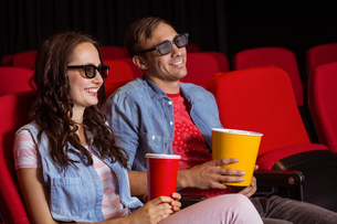 Young couple watching a 3d filmの写真素材 [FYI00005313]