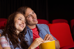 Young couple watching a filmの写真素材 [FYI00005314]