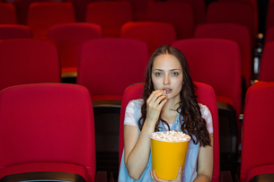 Young woman watching a filmの写真素材 [FYI00005315]
