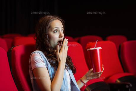 Young woman watching a filmの素材 [FYI00005316]