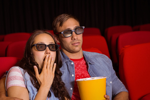 Young couple watching a 3d filmの写真素材 [FYI00005317]