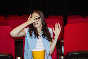 Young woman watching a scary 3d filmの素材 [FYI00005318]