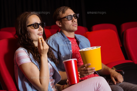 Young couple watching a 3d filmの写真素材 [FYI00005319]