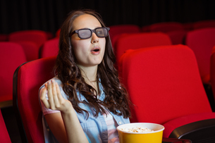 Young woman watching a 3d filmの写真素材 [FYI00005323]