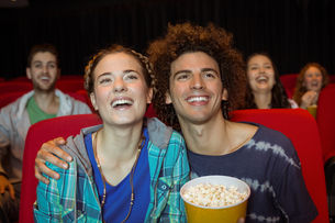 Young couple watching a filmの写真素材 [FYI00005325]