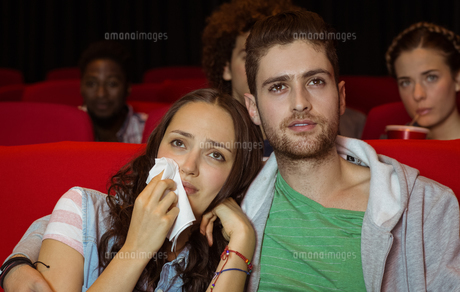 Young couple watching a filmの写真素材 [FYI00005326]