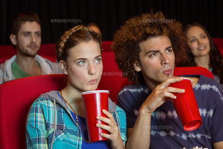 Young couple watching a filmの写真素材 [FYI00005327]