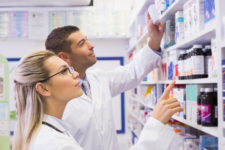 Team of pharmacists looking at medicineの写真素材 [FYI00005334]