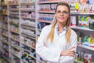 Pharmacist smiling at cameraの写真素材 [FYI00005335]