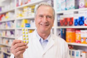 Senior pharmacist holding blister packsの写真素材 [FYI00005337]