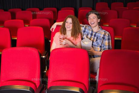 Young couple watching a filmの写真素材 [FYI00005340]