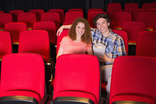 Young couple watching a filmの写真素材 [FYI00005341]