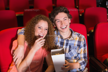 Young couple watching a filmの写真素材 [FYI00005347]