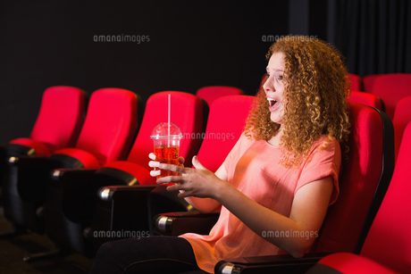 Young woman watching a filmの素材 [FYI00005348]