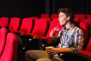 Young man watching a filmの写真素材 [FYI00005353]