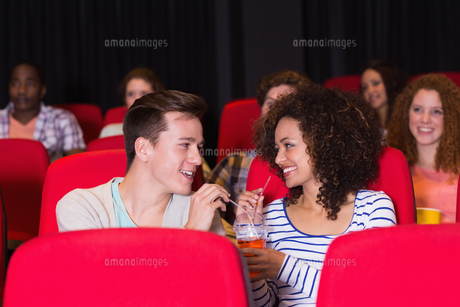 Young couple watching a filmの写真素材 [FYI00005354]