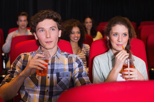 Young couple watching a filmの写真素材 [FYI00005355]