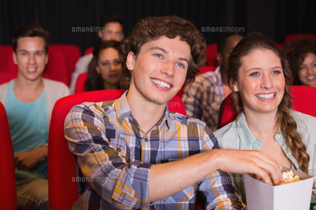 Young couple watching a filmの写真素材 [FYI00005359]