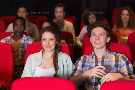 Young couple watching a filmの写真素材 [FYI00005361]