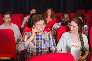 Annoying man on the phone during movieの写真素材 [FYI00005362]