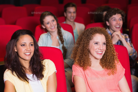Young friends watching a filmの写真素材 [FYI00005364]