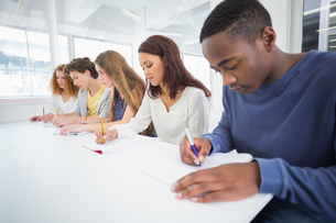 Fashion students taking notes in classの写真素材 [FYI00005385]