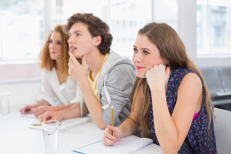 Fashion students being attentive in classの写真素材 [FYI00005392]
