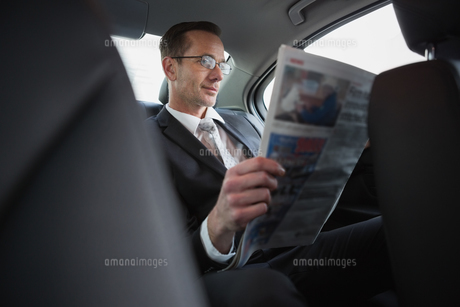 Focused businessman reading the newspaperの写真素材 [FYI00005409]