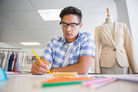 Concentrated college student drawing pictureの写真素材 [FYI00005417]
