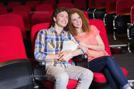 Young couple watching a filmの写真素材 [FYI00005418]